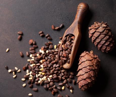 деревянная ложка с орехами