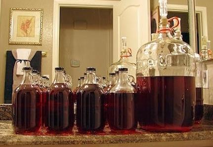 Как двносить сахар в вино: весь сразу или частями