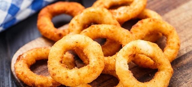 Луковые кольца к пиву в кляре и только в муке: простой рецепт