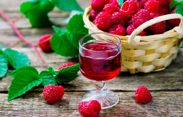 Рецепт домашней малиновой настойки на водке или коньяке