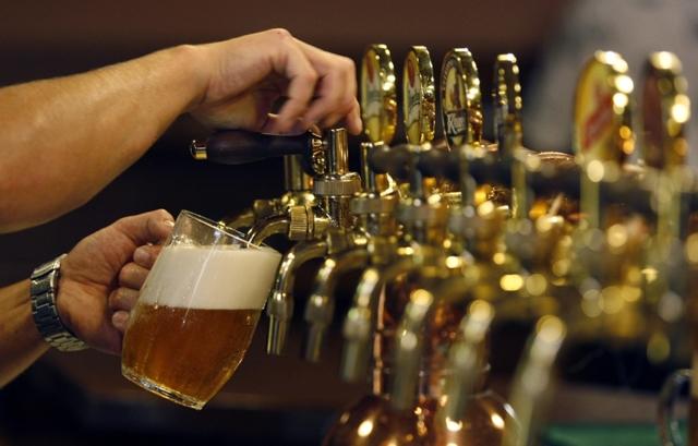 Как наливать пиво из бутылки или кеги в бокал, контролируя пену